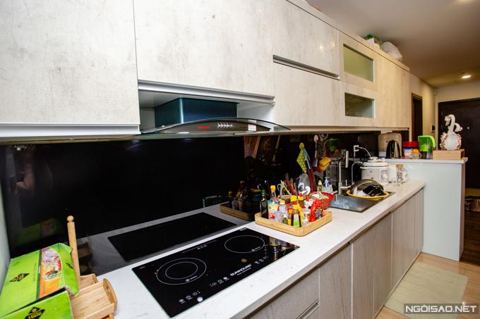 Khu bếp được thiết kế thông với ban công phía sau để mùi thức ăn dễ được thoát ra bên ngoài khi nấu nướng.