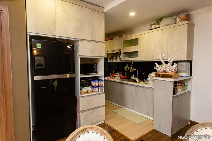 Phòng bếp được thông với phòng cách để tối ưu công năng diện tích sử dụng.