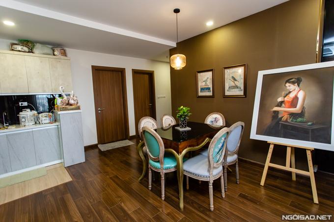 Mỗi chiếc ghế và bàn trong bộ bàn ghế ở phòng ăn được Phan Hoàng Thu sưu tầm từ nhiều nguồn khác nhau. Thiết kế này thuộc phong cách vintage, có màu xanh ngọc đồng điệu với chiếc ghế băng ở phòng khách.