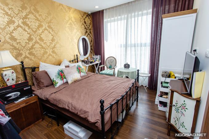 Phòng của Phan Hoàng Thu là phòng master bedroon duy nhất trong nhà. Họa tiết con chim và màu vàng đồng được nhắc lại ở một số đồ vật hoặc giấy dán tường để hòa hợp với thiết kế nội thất tổng thể của ngôi nhà.