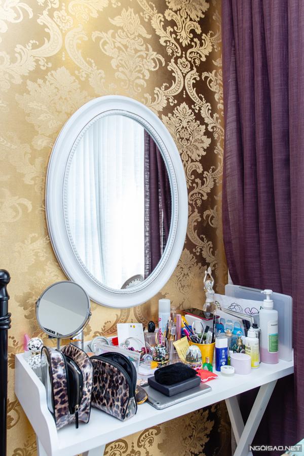 Bàn trang điểm của người đẹp được đặt cao so với mặt đất để cô có thể vừa đứng vừa soi gương.
