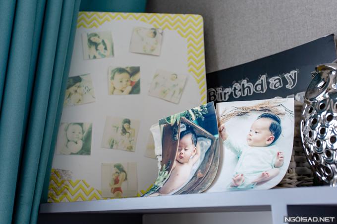Nhiều bức ảnh và đồ kỷ niệm của bé Bào Ngư được trưng bày trên kệ. Phan Hoàng Thu từng sống riêng vớicon trai tại một căn hộ cao cấp khác ở quận Hai Bà Trưng. Cách đây hơn nửa năm, cô quyết định dọn về ở chung với bố mẹ vì bé Bào Ngư đã lớn, biết nhận thức và rất thích được chơi đùa cùng mọi người.