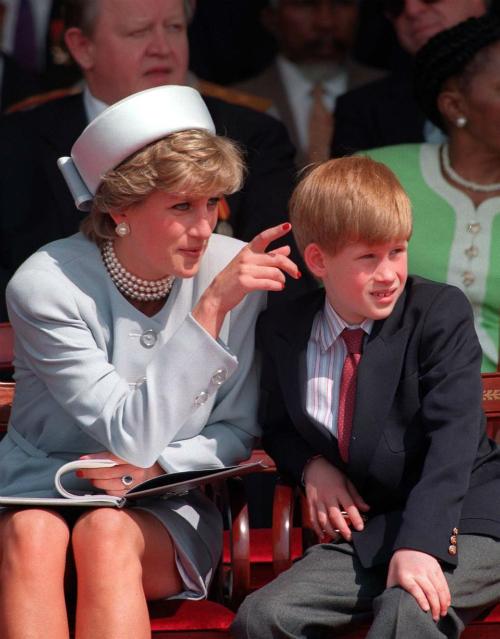 Harry và mẹ, Công nương Diana. Ảnh: Reuters.