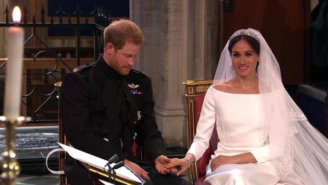 Chú rể mân mê tay cô dâu không chút ngại ngần. Ảnh: The Sun.