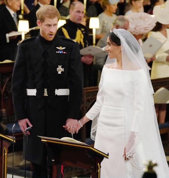 Từng ngon tay đan vào nhau như thể không muốn tách rời của Harry và Meghan. Ảnh: Pool.