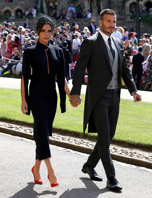 Hôm 19/5, Becks và Vic tay trong tay tới nhà nguyệnSt George để dự đám cưới Hoàng tử Harry và nữ diễn viênMeghan Markle. Vợ chồng cựu tuyển thủ Anh hút ống kính truyền thông nhờ phong cách thời trang lịch lãm, quý phái.