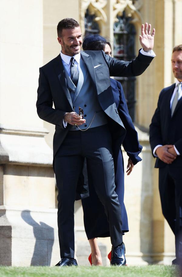Becks được giới truyền thông Anh dành lời khen là quý ông nổi bật nhất trong đám cưới của Hoàng tử Harry, với khoảng 600 khách mời tham dự. Không những ăn diện lịch lãm, cựu tiền vệ MU còn ghi điểm với những cử chỉ thân thiện. Anh liên tục giơ tay chào mọi người trên đường tiến vào nhà nguyện.