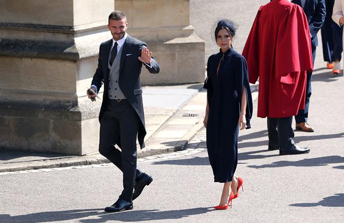 Trong khi đó, Vic diện trang phục nằm trong bộ sưu tập xuân hè 2019 của cô kết hợp với đôi giày cao gót màu cam.