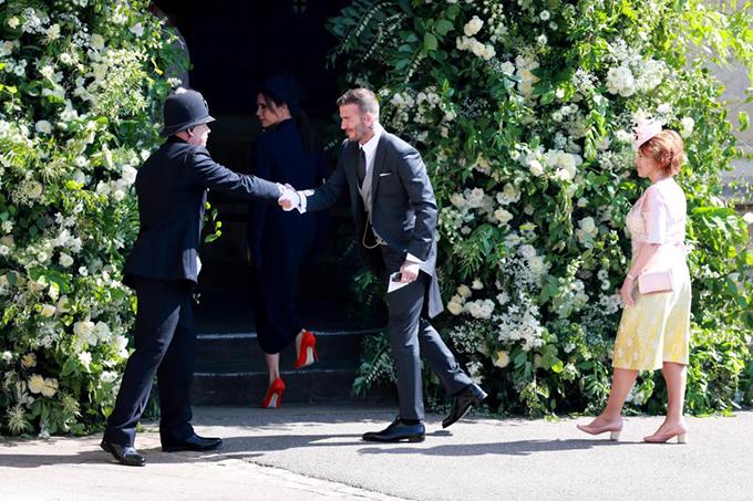Becks bắt tay với một nhân viên bảo vệ của lễ cưới.