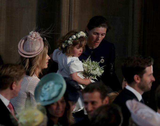 Zalie được bảo mẫu hoàng gia bế lên an ủi vì tự nhiên bật khóc. Ảnh: PA.