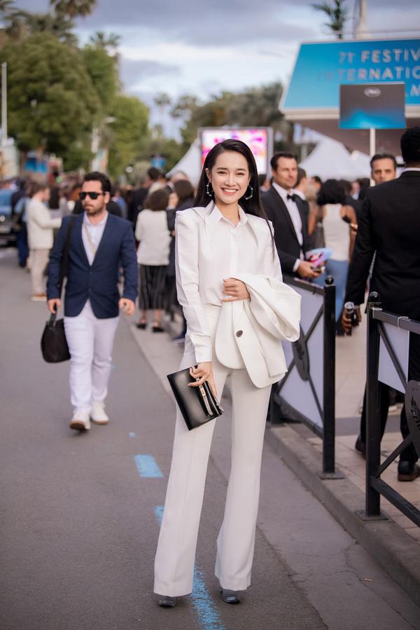 Diễn viên Nhã Phương thể hiện phong cách ăn mặc đồng điệu với trào lưu diện suit được phái đẹp thế giới ưa chuộng trong xu hướng hè 2018.