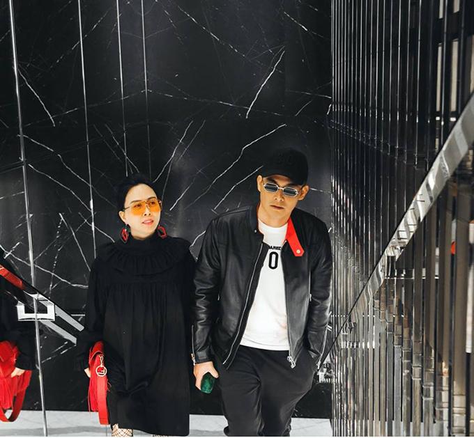 Quách Ngọc Ngoan sánh đôi cùng bạn gái Phượng Chanel. Hai người ăn mặc tone sur tone hai màu đỏ đen. Anh viết: Hãy đi ra thế giới nhiều vào vì nó dạy bạn biết khoan dung và sống thật nhân ái.