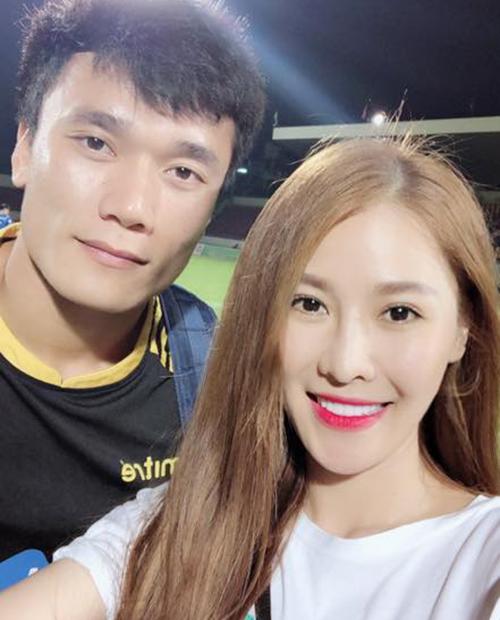 Quế Vân xin chụp ảnh cùng thủ môn Bùi Tiến Dũng khi cùng Kỳ Hân tới sân xem trận giữa Than Quảng Ninh và FLC Thanh Hoá.