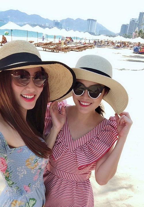 Ngân Khánh cùng cô bạn thân Dương Cẩm Lynh đang cùng nhau có kỳ nghỉ hè ở nơi biển xanh nắng vàng.