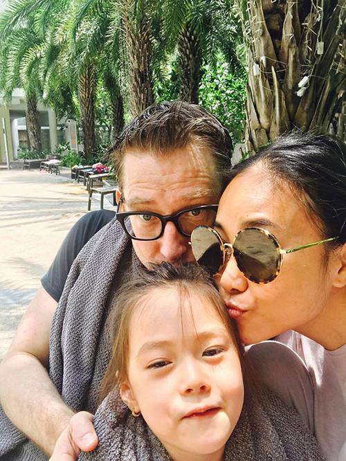 Gia đình Đoan Trang đoàn tụ ngày Chủ nhật, cùng nhau đưa con gái đi bơi.