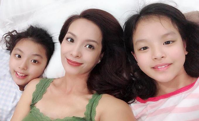 MC Thuý Hạnh về nhà với hai con gái sau ngày dài làm việc. Cô viết: Được về nhà với hai công chúa nhỏ thật tuyệt.