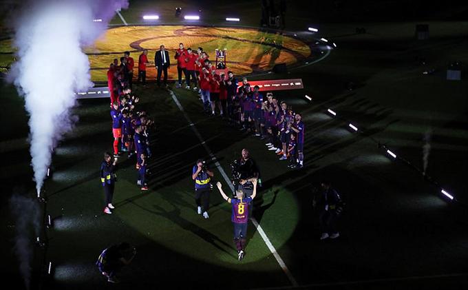Barca dành thời lượng lớn của lễ đăng quang để tri ân Iniesta.Các đồng độixếp thành hai hàng vỗ tay chào đón anh. Iniesta có 22 năm gắn bó với Barca. Anh cùng đội chủ sân Nou Camp giành 9 chức vô địch La Liga, 6 Cup Nhà vua, 4 Champions League, 7 Siêu Cup Tây Ban Nha, ba Siêu Cup châu Âu và ba FIFA Club World Cup.