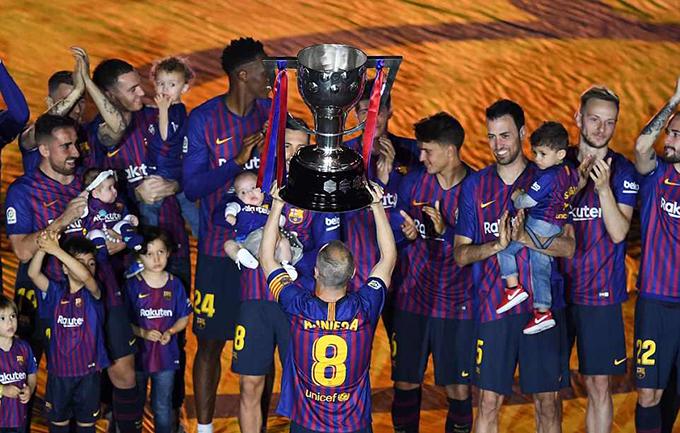 Iniesta nâng Cup trong tiếng vỗ tay của các đồng đội. Đây là trận đấu cuối cùng của tiền vệ 34 tuổi cho Barca.
