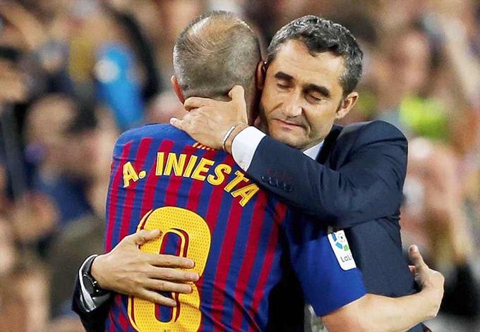 Iniesta ôm tạm biệt HLVErnesto Valverde. Ngay trong mùa đầu tiên dẫn dắt Barca, chiên lược gia 54 tuổi giúp đội bóng giành cú đúp danh hiệu gồm chức vô địch Liga và Cup Nhà vua.