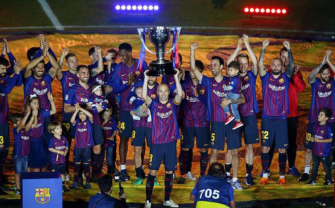 Đêm 20/5, Barca dành chiến thắng 1-0 trước Real Sociedad trong trận đấu vòng 38 La Liga 2017-2018. Sau trận, đội chủ sân Nou Camp có màn đăng quang tưng bừng với nhân vật chính là tiền vệ kỳ cựu Iniesta.