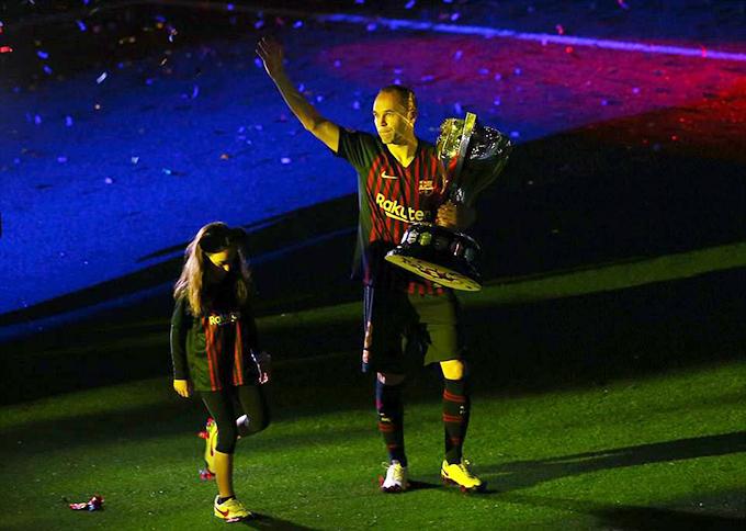 Vợ con cũng ở bên Iniesta trong ngày chia tay và được Barca tri ân.