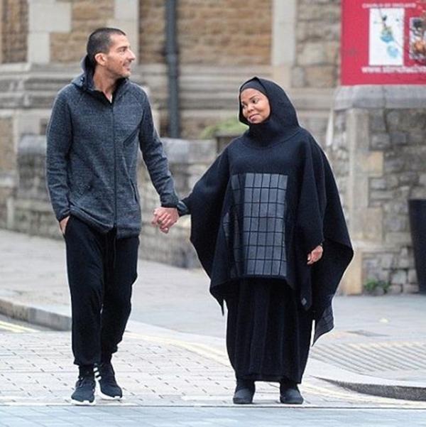 Janet mặc trang phục đạo Hồi đi dạo ở London bên chồng tỷ phú vào năm 2016.