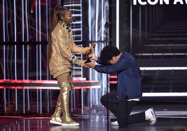 Bruno trao giải Biểu tượng cho Janet Jackson.