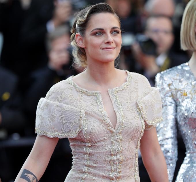 Dù vậy, nữ diễn viên vẫn rất xinh đẹp khi tới thảm đỏ.