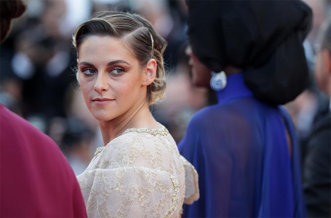 Dường như có rất ít thời gian để nghỉ ngơi nên trong ngày bế mạc, đôi mắt Kristen xuất hiện những vết thâm quầng.