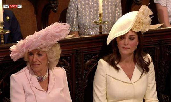 Kate bị soi khoảnh khắc lườm mẹ kế của chồng trong đám cưới Harry