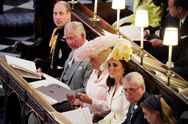 Kate bị soi khoảnh khắc lườm mẹ kế của chồng trong đám cưới Harry - 1