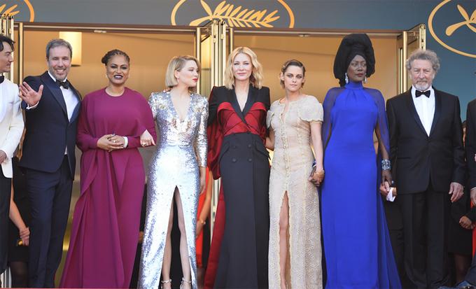 Kristen và các thành viên ban giám khảo chào người hâm mộ và báo giới trong ngày cuối cùng của liên hoan phim, hôm 19/5.