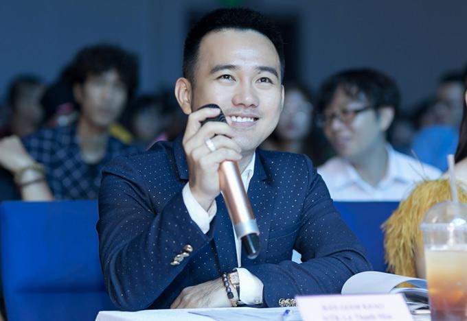 Nhà thiết kế Lê Thanh Hòa cũng ngồi ghế nóng sân chơi này.