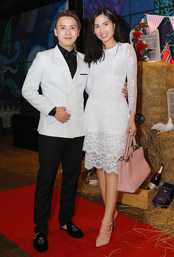 Người mẫu Lục Bảo Quyên ăn mặc thanh lịch, trang điểm nhẹ dự tiệc khai trương lounge mới.