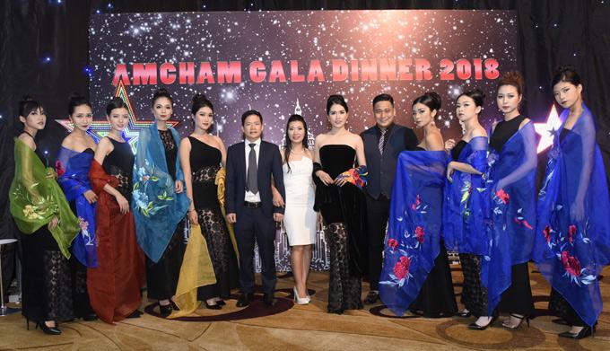 Vợ chồng Minh Tiệp chụp ảnh cùng các khách mời và dàn mẫu biểu diễn tại sự kiện.