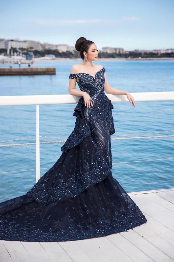 Lý Nhã Kỳ tiếp tục ghi điểm tại Cannes khi chọn váy dạ hội được tạo khối và đính kết hàng nghìn viên đá Swarovski đi cùng hoa thêu tiệp màu.