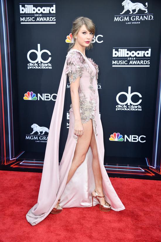 Người đẹp 28 tuổi ngày càng quyến rũ hơn qua mỗi kỳ xuất hiện trên thảm đỏ Billboard.