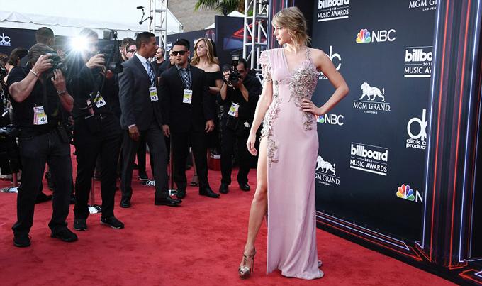 Hai năm trở lại đây, Taylor rất ít khi tham dự sự kiện. Vướng nhiều scandal liên tiếp vào năm 2016 khiến ngôi sao nhạc pop thích cuộc sống ở ẩn và bình lặng hơn.