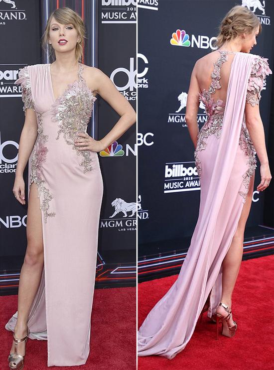 Taylor thu hút sự chú ý với bộ đầm Atelier Versace sexy khoe đường cong cơ thể và chân dài.