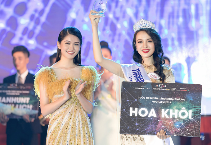 Thí sinh Huỳnh Phạm Thủy Tiên 20 tuổi, cao 174 cm vượt qua nhiều nữ sinh cùng trường, đăng quang Hoa khôi Đại học Ngoại thương 2018 Thùy Dung lên trao lại vương miện cho người kế nhiệm.