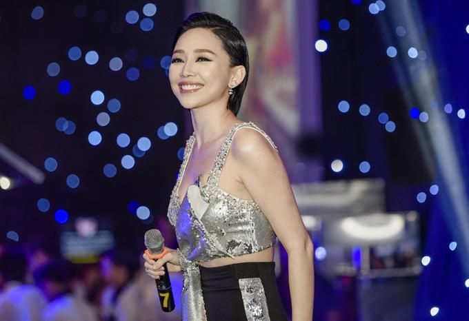 Ca sĩ Tóc Tiên mặc gợi cảm biểu diễn tại sự kiện này.