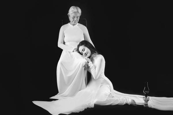 Vy Oanh và mẹ trong bộ ảnh kỷ niệm chụp vào năm ngoái.