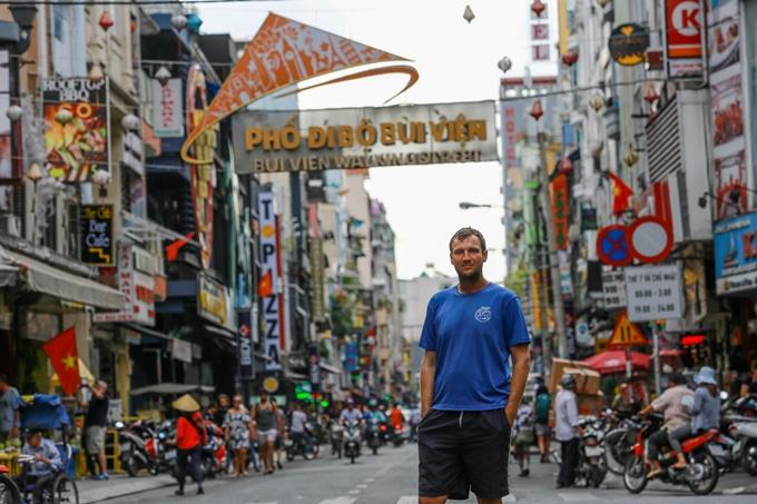Chàng trai Đức đi bộ vòng quanh thế giới 'kinh hoàng khi qua đường ở Sài Gòn'