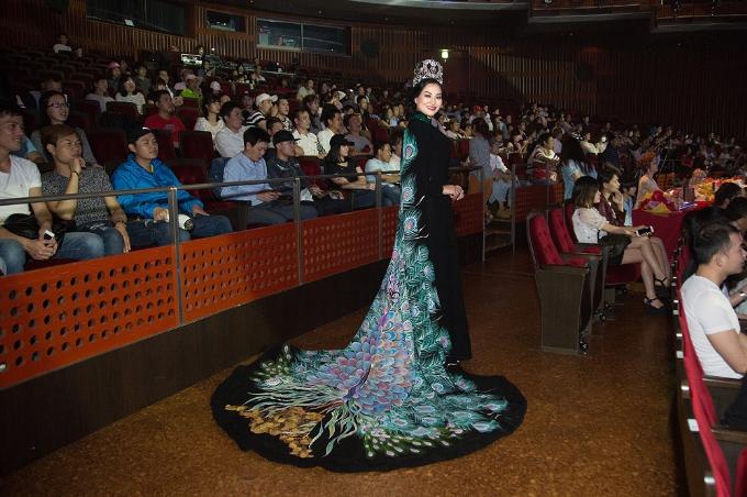Nữ hoàng Trần Huyền Nhung diện bộ quốc phục đen đầy quyền lực và đầm trắng sang trọng, quý phái được may vô cùng công phu của NTK Tuấn Hải ngồi ghế nóng. Cả 2 bộ đều mang phong cách một nữ hoàng ma lực, cuốn hút, vô cùng lộng lẫy.