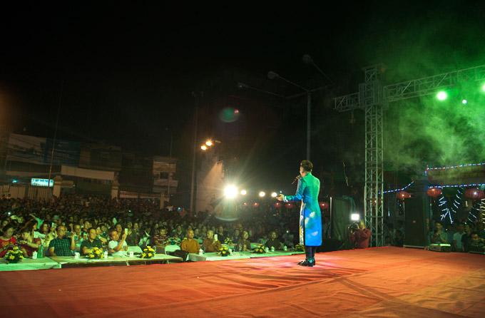 Trong chương trình tối qua, Quang Hà diện áo dài vàhát trước hàng trăm người dân. Sau mỗi ca khúc, anh đều nhận được những tràng vỗ tay nồng nhiệt từ khán giả.