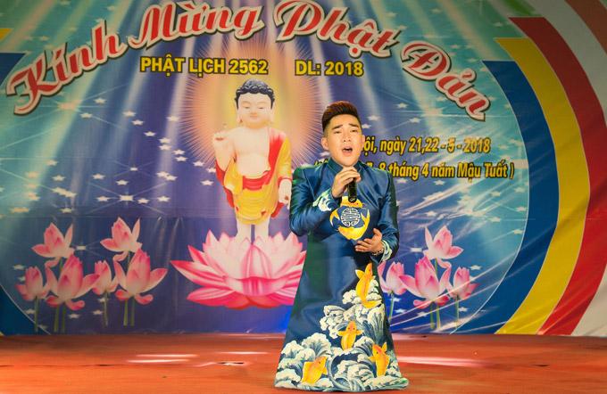 Khi thể hiện bài hát Mẹ yêu ơi, anh quỳ gối xuống sân khấu để bày tỏ tấm lòng, sự chân thành của mình.
