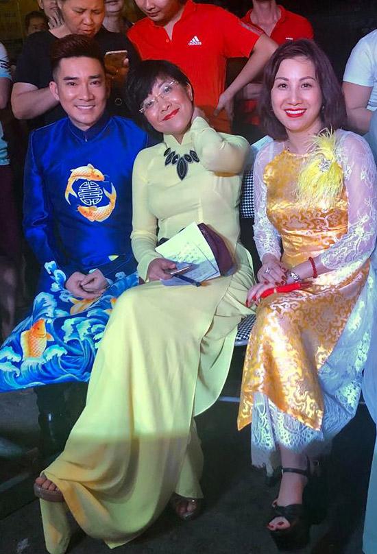 Ở hậu trường chương trình, Quang Hà vui vẻ hội ngộ MC Thảo Vân.