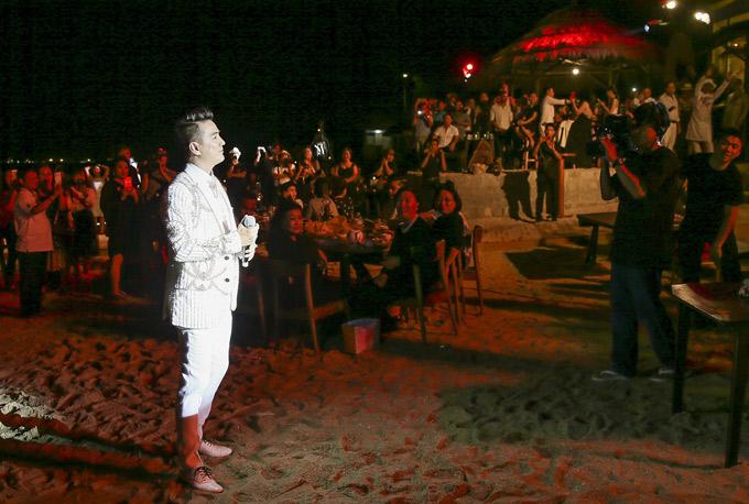 Mr Đàm được mời hát tại sự kiện kỷ niệm 20 năm gia nhập ngành vải của nhà thiết kế Đinh Văn Thơ, tổ chức tại Ninh Thuận, tối 21/5. Nam ca sĩ được khán giả miền Trung chào đón nồng nhiệt khi xuất hiện trên bãi biển với cây trắng sang trọng.