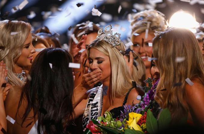 Tân hoa hậu vỡ òa hạnh phúc. Trước đó, cô từng đăng quang Hoa khôi tuổi teen bang Nebrask 2012 và Hoa hậu bang Nebrask 2018.