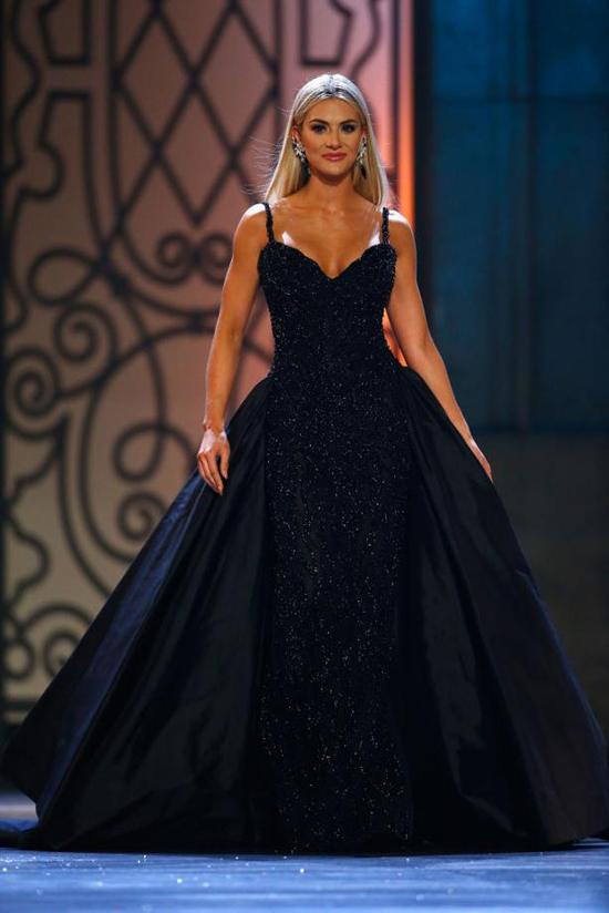 Sarah Rose Summers duyên dáng trong phần thi Trang phục dạ hội.